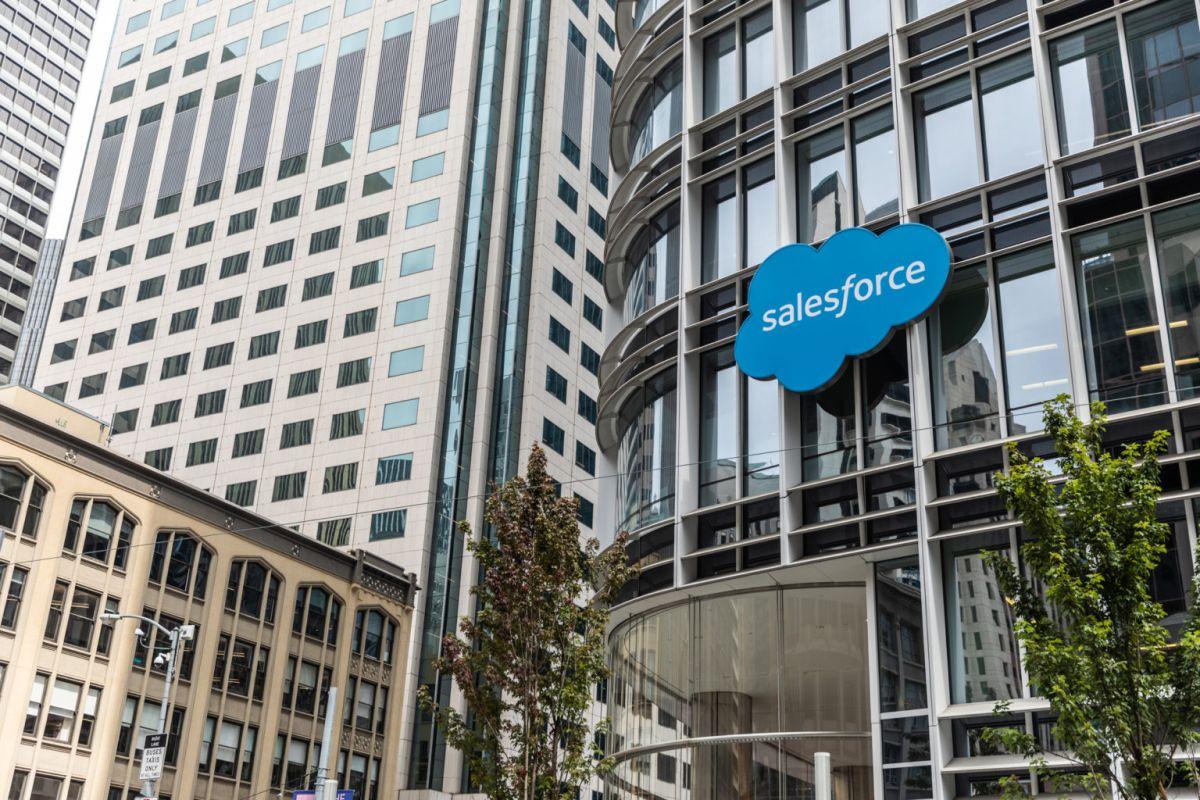 Компания Salesforce купила корпоративный мессенджер Slack